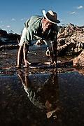 """Diamantina _ MG, 06 de agosto de 2007..Fotografias feitas no Vale do Jequitinhonha para a Revista Globo Rural cujo tema é Garimpo...Na foto: """"Seu"""" Ida (Idario Fontes) morador e garimpeiro na comunidade Guinda em Diamantina. ..FOTO: JOAO MARCOS ROSA / AGENCIA NITRO"""
