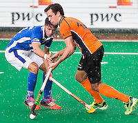 ROTTERDAM - HOCKEY - Niels van der Schoot  (r) van OZ in duel met Kampong speler Robber Kemperman (l), tijdens  finale ABN AMRO cup hockey tussen de mannen van Oranje Zwart en Kampong . Kampong wint van de landskampioen met 5-1.  COPYRIGHT KOEN SUYK
