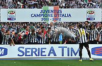"Mirko VUCINIC spruzza il vino ai comapgni (Juventus campione d Italia)<br /> Torino 13/05/2012 Stadio ""Juventus stadium""<br /> Serie A 2011/2012<br /> Football Calcio Juventus Vs Atalanta<br /> Foto Insidefoto Alessandro Sabattini"