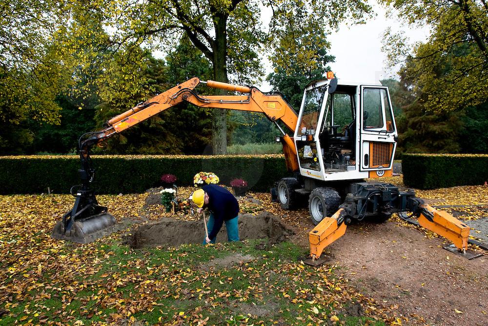 Nederland Hoogvliet 29 oktober 2007 .Grafdelvers graven een gat voor een nieuw graf op begraafplaats.  .Foto David Rozing/