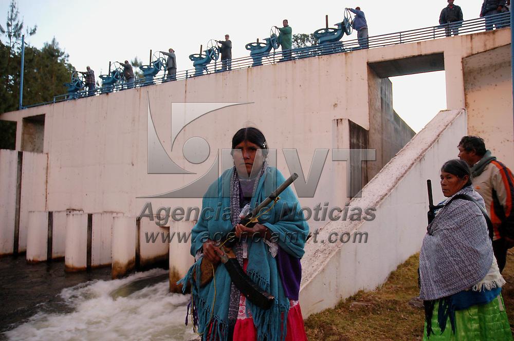 Donato Guerra, Méx.- Campesinos del Frente Mazahua hacen una demostracion de la vulnerabilidad del sistema Cutzamala que abastece de agua potable a la ciudad de Mexico iniciando acciones al amanecer en el distribuidor de Donato Guerra que da un flujo de 12 m3 por segundo a la plata potabilizadora de Berros y burlandose del resguardo de la Policia Federal Preventiva (PFP) tuvieron la posibilidad de cerrar las valvulas de abasto. Agencia MVT / Mario Vazquez de la Torre. (DIGITAL)<br /> <br /> NO ARCHIVAR - NO ARCHIVE