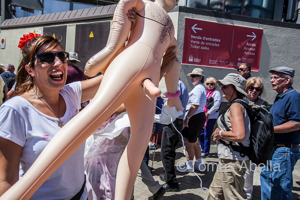 """Hen party in the Basilica of the Sagrada Família. The """"urban marketing"""" that has been promoting public institutions for decades by presenting Barcelona as a friendly, tolerant Mediterranean city, also attracts the tourist party and nightlife sector."""