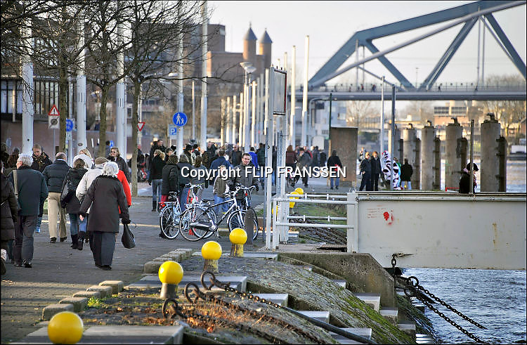 Nederland, Nijmegen, 9-1-2011Nijmegen maakt zich op voor verwacht hoogwater van de Rijn en Waal later deze week.  De Waalkade is afgesloten voor autoverkeer. Dagjesmensen en nieuwsgierigen wandelen over de kade.Foto: Flip Franssen/Hollandse Hoogte