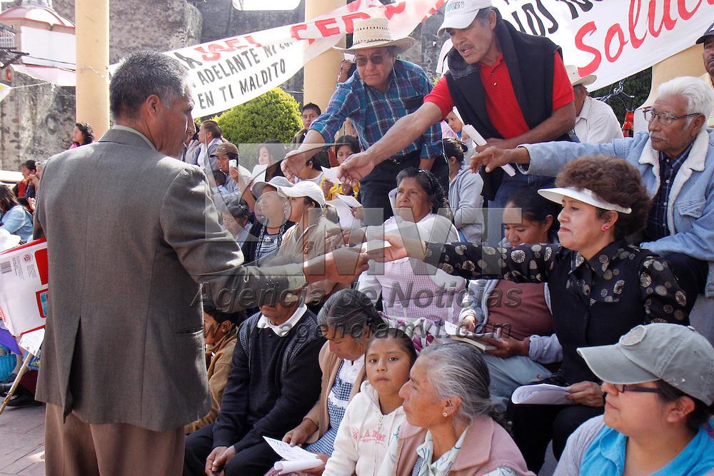 OCOYOACAC, México.- A más de un mes de haber sido tomada la presidencia municipal de Ocoyoacac, habitantes del municipio continúan manifestándose en la explanada del palacio, al centro fue colocada una silla en donde se observan letreros en contra del alcalde y bolsas de dinero. Agencia MVT / Crisanta Espinosa. (DIGITAL)