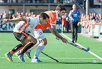 BLOEMENDAAL - HOCKEY - Blake Govers (Bl'daal) met Jair van der Horst (Oranje-Rood)   tijdens de competitie hoofdklasse hockeywedstrijd Bloemendaal -ORANJE-ROOD (4-1)  COPYRIGHT KOEN SUYK