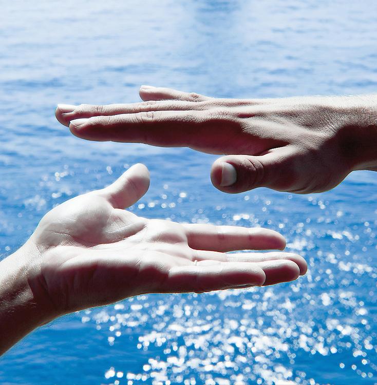 Mains sur fond de mer