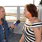 Beachclub Vroeger bestaat 1 jaar, Viola Holt word geinterviewd door SBS Shownieus verslaggeefster