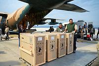 10/Abril/2007 Andalucía. Almería<br /> Proyecto del CSIC de reintroducción de gacelas en Senegal. Momentos antes de la carga de ejemplares vivos en un avión Hércules del ejército para su traslado a Saint Louis.<br /> <br /> ©JOAN COSTA