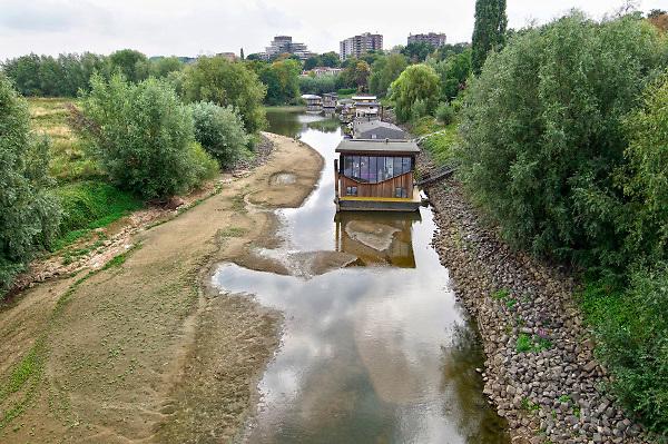 Nederland, Nijmegen, 21-8-2018  In een leeggelopen, drooggevallen, strang van de Waal liggen woonschepen op het droge, op de bodem .Door de droogte in heel europa is het peil van de rivier zo laag dat de inham zo goed als droog staat .Foto: Flip Franssen
