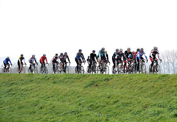 Nederland, Nijmegen, 16-5-2012Een groep mannen, vrienden, fietsen op hun sportfietsen op de dijk door de Ooijpolder.Foto: Flip Franssen/Hollandse Hoogte