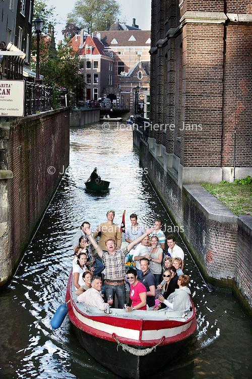 Nederland, Amtsterdam , 15 juli 2009..Annoyance caused by the many small boats in the canals of Amsterdam, during hot days..Overlast als gevolg van lawaaierige bootjes   in de grachten van Amsterdam..Foto:Jean-Pierre Jans