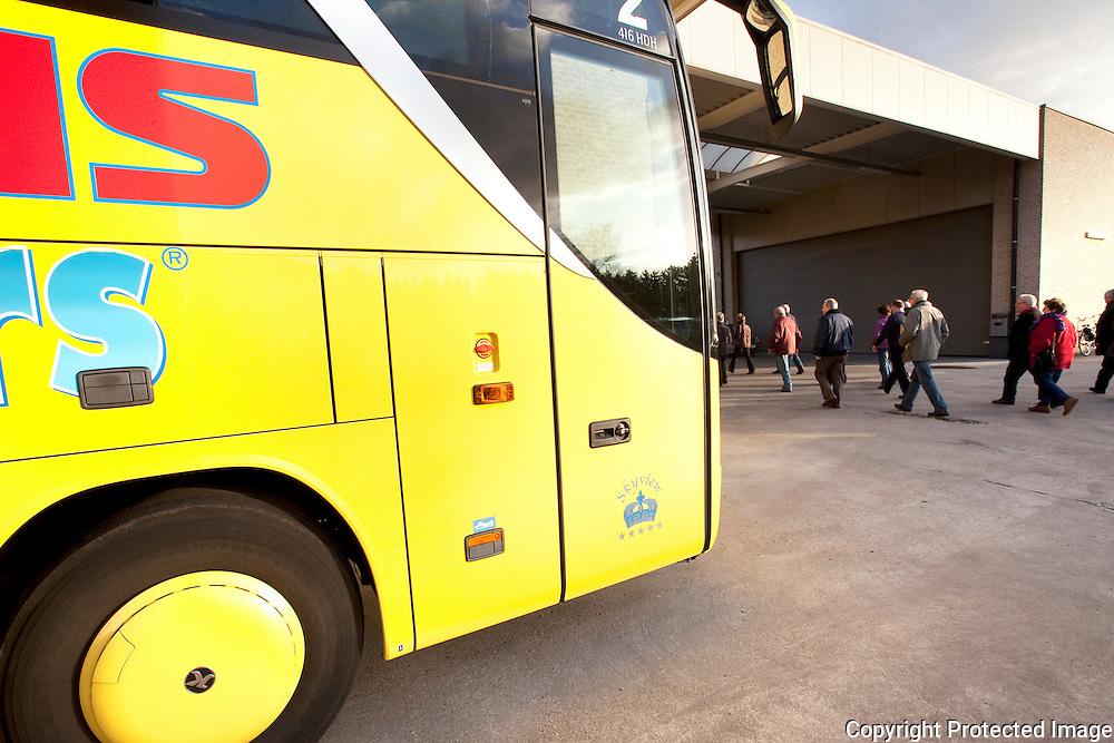371482-Mensen wachten dag en nacht om zich in te schrijven bij Carolus Busreizen-Mol