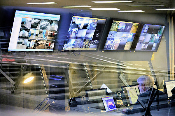 Nederland, the Netherlands, Arnhem, 1-9-2015Het nieuwe station van de gelderse hoofdstad wordt binnenkort officieel geopend. De ov terminal met parkeergarage en fietsenstalling is klaar. De ingewikkelde architectuur heeft het bouwproject veel problemen en vertraging opgeleverd. Het is dan ook een architectonisch en bouwkundig hoogstandje. Het ontwerp voor het station is gedaan door architectenbureau UNStudio, Ben van Berkel.  Uiteindelijk heeft de bouw 18 jaar en 90 miljoen euro, veel meer als aanvankelijk begroot, gekost. Meteen deden zich al enkele valpartijen voor op een van de onregelmatige trappen, zodat een opgang tijdelijk afgesloten werd totdat er duidelijke trapmarkering is aangebracht...De beveiligingsruimte met monitoren voor de bewakingscameras. security, beveiliging, bewaking,veiligheid, camera, cameras, beveiligingscamerasFOTO: FLIP FRANSSEN/ HH