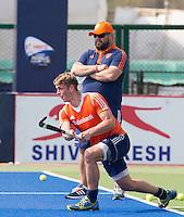 RAIPUR (India) . Oranje trainde vandaag licht voor de halve finalewedstrijd tegen Australie van morgen in  Hockey World League finale ronde.  Floris van der Linden met daarachter coach Max Caldas (Ned) . ANP KOEN SUYK