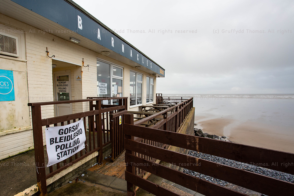 Pendine, UK. 12 December, 2019.<br /> The polling station at Barnacles Beach Cafe in Pendine, Carmarthenshire. <br /> Credit: Gruffydd Ll. Thomas/Alamy Live News