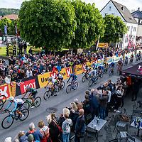 Rytterne passerer mållinjen for første gang i Kristiansand under Tour of Norway sykkelritt etappe 2: Lyngdal - Kristiansand.