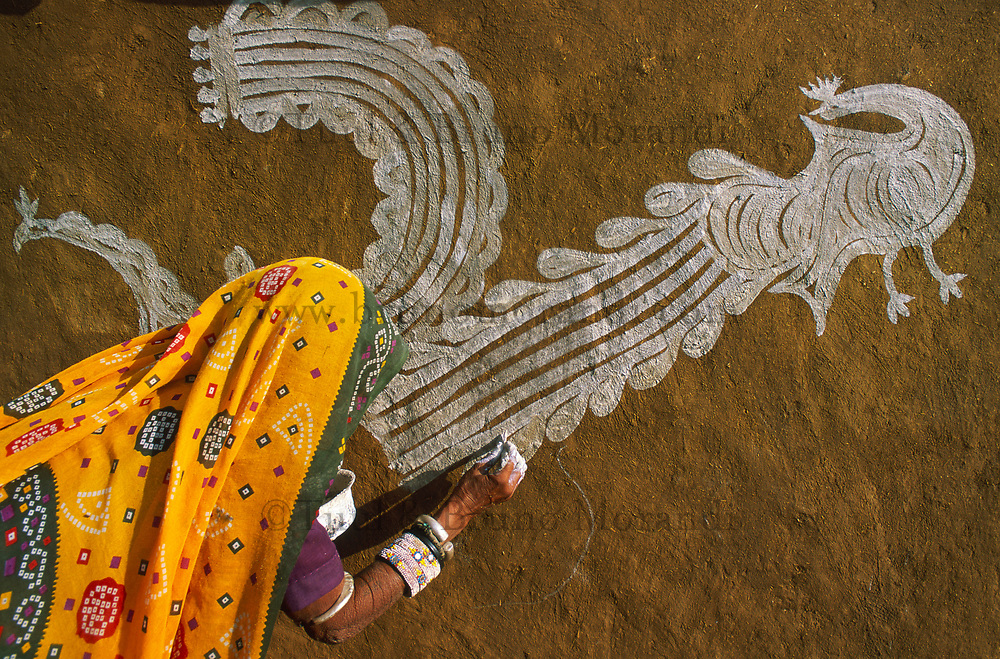 Inde. Rajasthan. Village des environs de Tonk. Femme réalisant des peintures murales (Thapa). // India. Rajasthan. Village around Tonk. Traditional wall painting (Thapa).