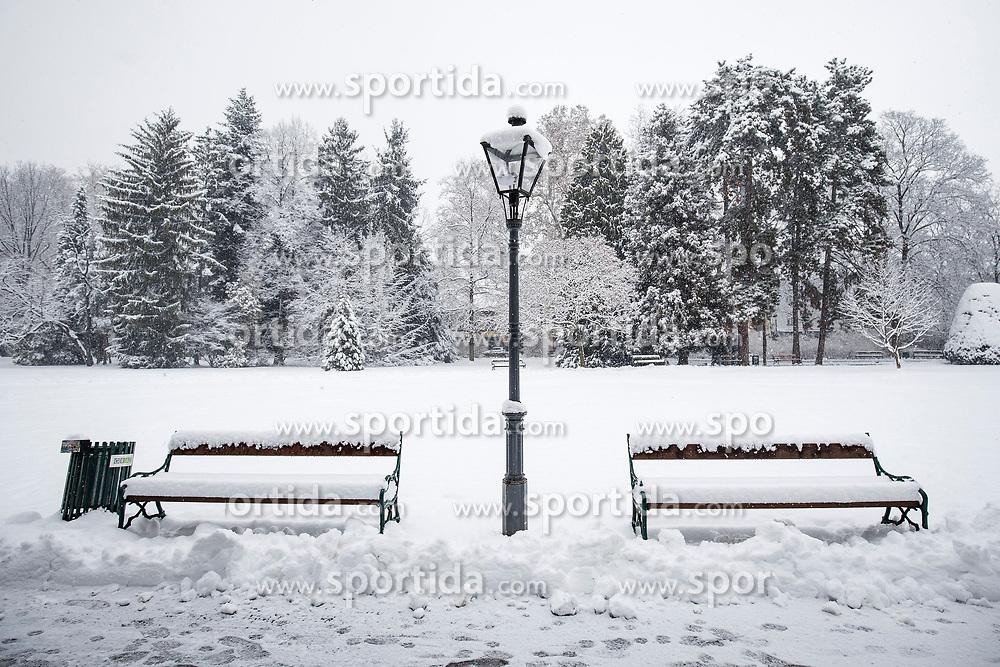 07.02.2018, Innenstadt, Graz, AUT, Schnee in Graz, im Bild eingeschneite Parkbänke im Stadtpark am 7. Februar 2018, EXPA Pictures © 2018, PhotoCredit: EXPA/ Erwin Scheriau