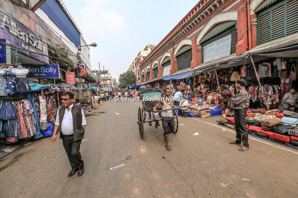 20171029 Kolkata Calcutta Indien<br /> New Market området<br /> Gatuliv vid marknaden<br /> <br /> ----<br /> FOTO : JOACHIM NYWALL KOD 0708840825_1<br /> COPYRIGHT JOACHIM NYWALL<br /> <br /> ***BETALBILD***<br /> Redovisas till <br /> NYWALL MEDIA AB<br /> Strandgatan 30<br /> 461 31 Trollhättan<br /> Prislista enl BLF , om inget annat avtalas.
