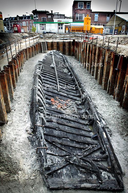 Nederland. Woerden. 20 oktober 2003..Restanten Romeins schip op Nieuwe Markt blootgelegd. Archeologie. Opgraving.