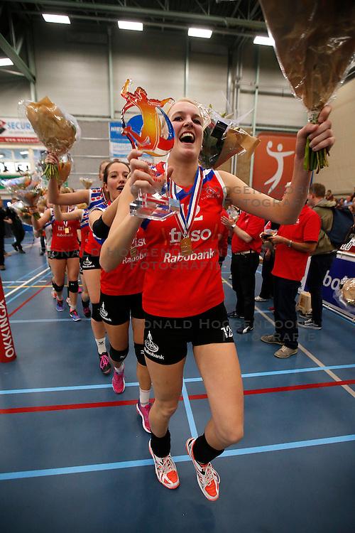 SNEEK , 24-04-2016 , Sneker Sporthal, volleybal , seizoen 2015 - 2016 , VC Sneek is landskampioen 2016 na een 3-0 overwinning in de play-offs tegen Set Up 65. polonaise met voorop Monique Volkers<br /> <br /> foto: Henk Jan Dijks