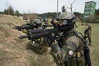 """03 APR 2012, LEHNIN/GERMANY:<br /> Kampfschwimmer der Bundeswehr trainieren """"an Land"""" infanteristische Kampf, hier Haeuserkampf- und Geiselbefreiungsszenarien auf einem Truppenuebungsplatz<br /> IMAGE: 20120403-01-104<br /> KEYWORDS: Marine, Bundesmarine, Soldat, Soldaten, Armee, Streitkraefte, Spezialkraefte, Spezialkräfte, Kommandoeinsatz, Übung, Uebung, Training, Spezialisierten Einsatzkraeften Marine, Waffentaucher"""