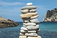BORD DE MER AVEC PIERRES <br /> paysage nature equilibre kern illustration zen<br /> Empilement de cailloux<br /> <br /> <br /> (PHOTO-GENIC.CH/ OLIVIER MAIRE)