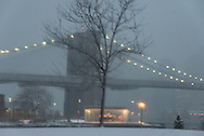 New York under the snow Manhattan skyline and Brooklyn bridge on east river, view from Brooklyn bridge park, / Brooklyn bridge sous la neige. face au skyline des gratte-ciel de Manhattan devant l'east river   Brooklyn,