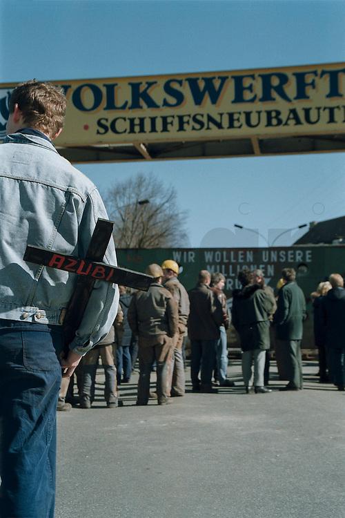 27 MAR 1996 STRALSUND/GERMANY:<br /> Auszubildender mit einem Kreuz waehrend einer Demonstration von Arbeitern der Volkswerft Stralsund aufgrund des drohenden Konkurses des Bremer Vulkan Werftverbundes<br /> IMAGE: 19960327-01/02-21<br /> KEYWORDS: Demo, Demonstration, Arbeitsplatz, Arbeit, Demonstrant, Azubi, Ausbildungsplatz, Arbeitslosigkeit, unemployment