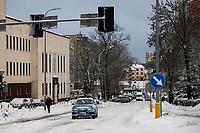 Bialystok, 04.02.2021. Po obfitych opadach sniegu i potem dwudniowej odwilzy, ponowny spadek temperatury zamienil bialostockie ulice w lodowisko. Miejski sztab kryzysowy zobowiazal wszystkie firmy zajmujace sie odsniezaniem miasta do wykorzystania calego sprzetu w walce z zalegajacymi zwalami sniegu. N/z oblodzona ulica Swietojanska fot Michal Kosc / AGENCJA WSCHOD