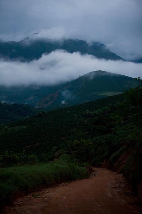 Alto Caparao_MG, Brasil...Paisagem com estrada de terra no Parque Nacional em Alto Caparao...The landscape with land road in the National Park in Alto Caparao...Foto: BRUNO MAGALHAES / NITRO