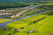 Nederland, Zuid-Holland, Bospolder, 08-09-2006. Boortunnel onder het Groene Hart: Noordelijke toerit van de geboorde tunnel, ten Noordoosten van Leiderdorp; in het midden rechts Hoogmade, met rechts het water van de Does met links de gereconstrueerde A4, na de tunnel gaat de HSL parallel aan de autosnelweg te lopen, richting Schiphol. Onder in beeld het bedieningsgebouw van de tunnel, voorbeeld 'landschappelijke inpassing'. Zie ook panorama foto's van deze lokatie,  deel van de serie Panorama Nederland.Drilled tunnel right through the Green Heart of the Netherlands. Panorama photos available, part of the series Panorama Nederland (major infrastucture photo project). The control room (building bottom) of the tunnel is a example of landscape integration.Luchtfoto (toeslag)Aerial photo (additional fee required)foto / photo Siebe Swart