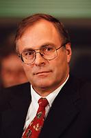 20 JAN 2000, BERLIN/GERMANY:<br /> Volker Neumann, MdB, SPD, Vorsitzender Parl. Untersuchungsausschuss zur Aufklärung der Parteispendenaffäre, während einer Pressekonferenz zur Sitzung des Ausschusses, Deutscher Bundestag, Reichstag<br /> IMAGE: 20000120-02/02-12