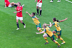 06-07-2011 VOETBAL: FIFA WOMENS WORLDCUP 2011 AUSTRALIA - NORWAY: LEVERKUSEN<br /> an Simon (Australien) und Ingvild Stensland (Norgwegen) (R) <br /> ***NETHERLANDS ONLY***<br /> ©2011-FRH- NPH/Mueller