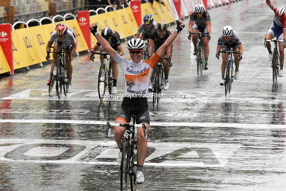 Anna van der Bruggen wint La Course 2015 op de Champs Elyssee