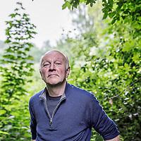Nederland, Driemond, 3 juni 2016.<br /> Gedragsbioloog en schrijver Maarten 't Hart in zijn tuin in warmond.<br /> <br /> <br /> <br /> Foto: Jean-Pierre Jans