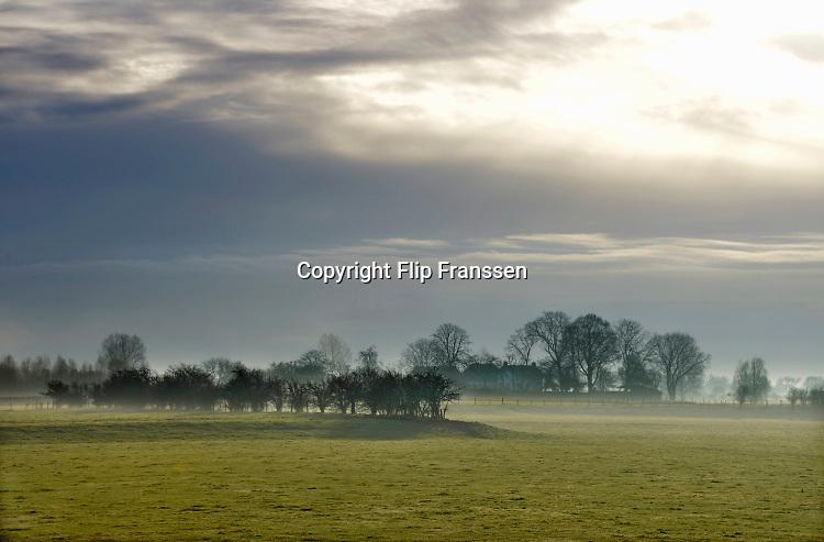 Nederland, Middelaar, 5-12-2018Ochtendmist hangt over het land langs de rivier de maas in Noord Limburg . Foto: Flip Franssen