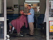 Napoli,Il negozio di un barbiere.Naples, a barber's shop.