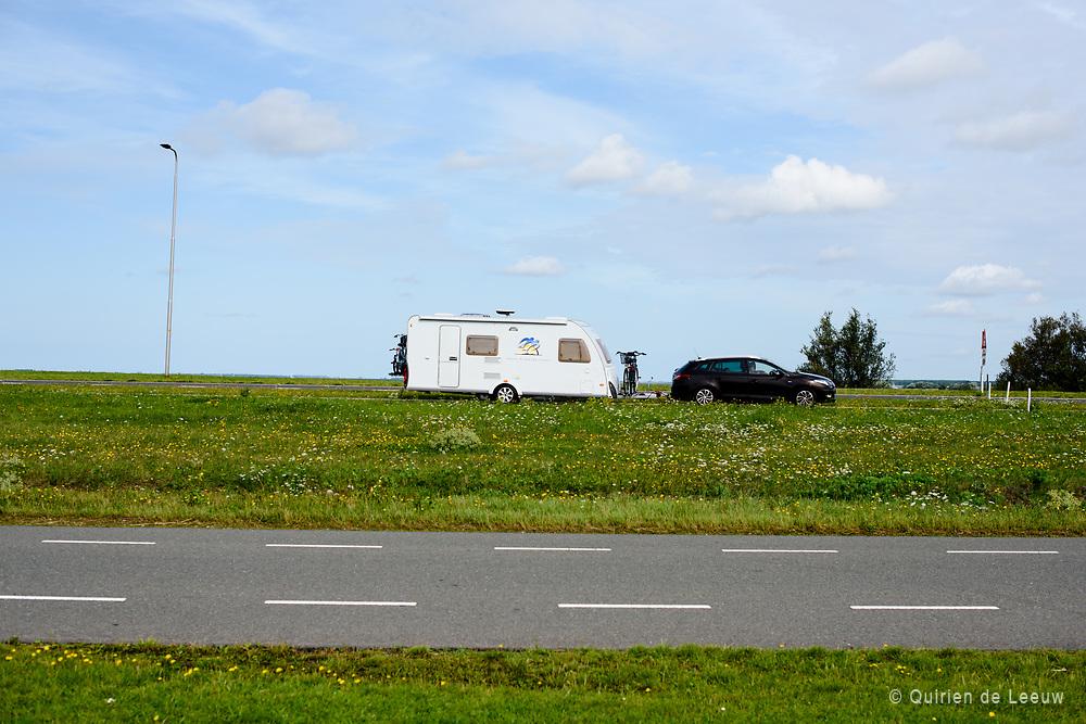 Nederlandse vakantiegangers op weg naar Zeeland, een populaire vakantiebestemming in eigen land voor veel Nederlanders