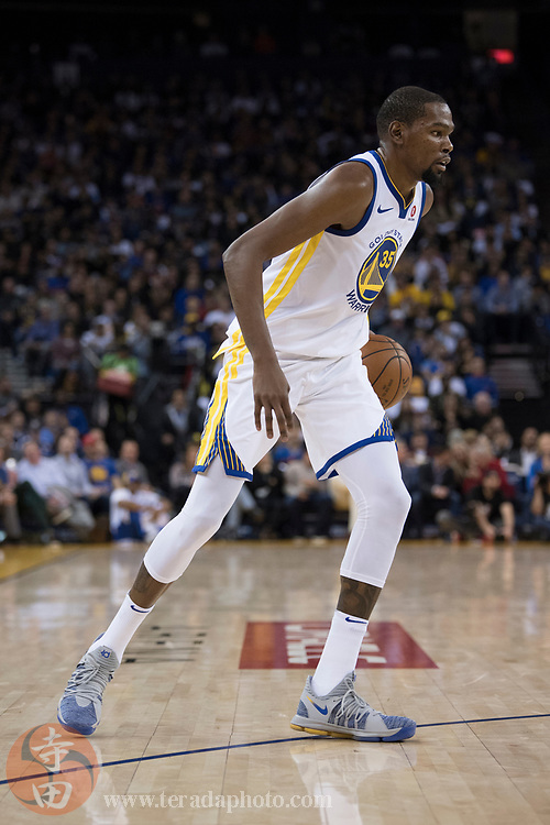 January 23, 2018; Oakland, CA, USA; Golden State Warriors forward Kevin Durant (35) dribbles the basketball during the third quarter against the New York Knicks at Oracle Arena. The Warriors defeated the Knicks 123-112.