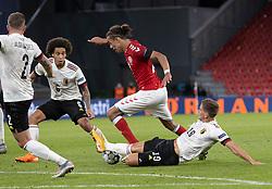 Yussuf Poulsen (Danmark) tackles af Dennis Praet (Belgien) under UEFA Nations League kampen mellem Danmark og Belgien den 5. september 2020 i Parken, København (Foto: Claus Birch).