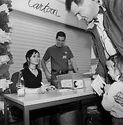 """Die Schauspielerin und Sängerin Mia Aegerter, bekannt aus der TV-serie GZSZ, """"Gute Zeiten-schlechte Zeiten""""  signiert ihre neue CD. L'actrice Mia Aegerter dédicace des CD, Fribourg. © Romano P. Riedo"""