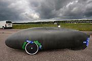 De driewielige Cygnus. Het Nederlandse team van Cygnus test op de testbaan van de RDW in Lelystad de fiets waarmee ze een record willen gaan rijden.<br /> <br /> The Cygnus trike.. Team Cygnus is testing their bike to break the world record at the test track in Lelystad.