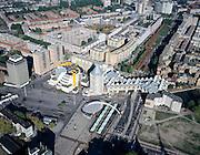 Nederland, Rotterdam, Blaak, 08-03-2002; ronde overkapping van het ondergrondse spoorstation Blaak (midden onder, witte gekromde constructie over blauwe daken tramhalte); boven het station de Kubuswoningen met daar achter (met bomen) Burgemeester Van Walsumweg; naast de kubussen het Poltlood (beide complexen van architect Piet Blom) en de Openbare Bibliotheek (gele pijpen); de open plek links en rechts van de Blaak is ontstaan door het aanleggen van de ondergrondse Willemspoortunnel en het slopen van het spoorviaduct; links de Binnenrotte, wordt gebruikt voor de markt; wederopbouw, stadsvernieuwing, sociale woningbouw..Foto Siebe Swart