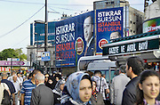 Turkije, Istanbul, 4-6-2011Straatbeeld. Verkeer langs de oever van de Bosporus. Een groot affiche van premier erdogan hangt aan een gebouw.Foto: Flip Franssen