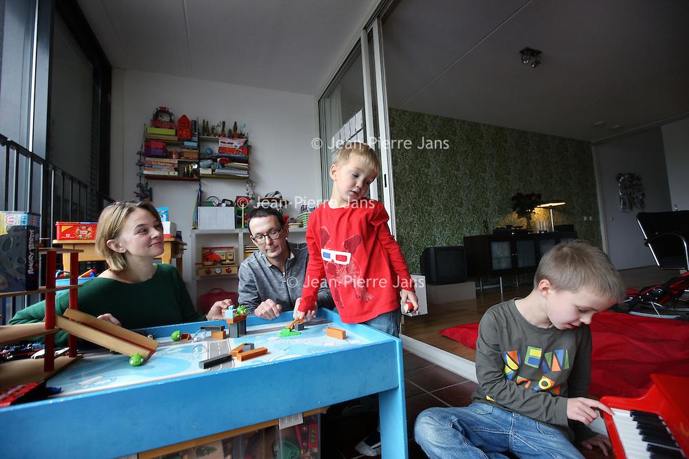 Nederland, Amsterdam , 3 november 2012..Marnix (jongetje met rode trui heeft leukemie) zijn grotere broer Casper, vader Jean-Paul en zijn moeder zijn erg tevreden over het Ingeborg Douwes Centrum..het Ingeborg Douwes Centrum, dat 12 november 10 jaar bestaat. Het IDC is de enige instelling in de metropoolregio die professionele, gespecialiseerde (na)zorg bij kanker biedt. Niet alleen voor patiënten, maar ook voor familie, vrienden of andere naasten. Ongeacht prognose of leeftijd. Er is veel behoefte aan deze zorg (1 op de 3 mensen bij kanker), maar het blijft helaas vaak onderbelicht.Ik heb via de organisatie contact met een vader van een jongetje van 2 dat kanker heeft en die er graag over wil vertellen wat het centrum allemaal voor hun gezin betekend heeft..Foto:Jean-Pierre Jans