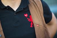 Berlin, 14.09.2021: Ein SPD-Mitglied mit einem schwarzen Poloshirt, das mit dem Logo der Berliner SPD (eckiges Herz) und dem Berliner Bär versehen ist, steht an einem Wahlkampfstand der SPD in Berlin-Marzahn.