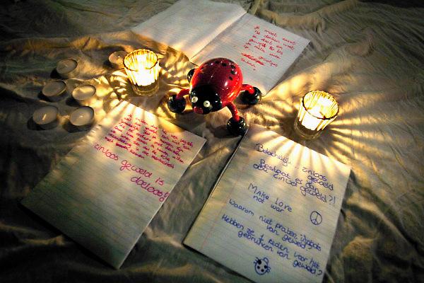 Nederland, Deventer, 29-12-2005..Lieveheerbeestje met door jongeren zojuist geschreven teksten als uiting van verontwaardiging, boosheid, onbegrip vanwege het doodslaan van een fietser afgelopen weekend...Zinloos geweld, uitgaan, kort lontje, onverdraagzaamheid, herdenken, uitgaansgeweld, drank, alcohol..Foto: Flip Franssen/Hollandse Hoogte