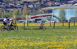 THEMENBILD - eine Familie fährt mit Fahrrädern durch Löwenzahnwiesen, aufgenommen am 02. Mai 2019, Kaprun, Österreich // a family riding bicycles through dandelion meadows on 2019/05/02, Kaprun, Austria. EXPA Pictures © 2019, PhotoCredit: EXPA/ Stefanie Oberhauser