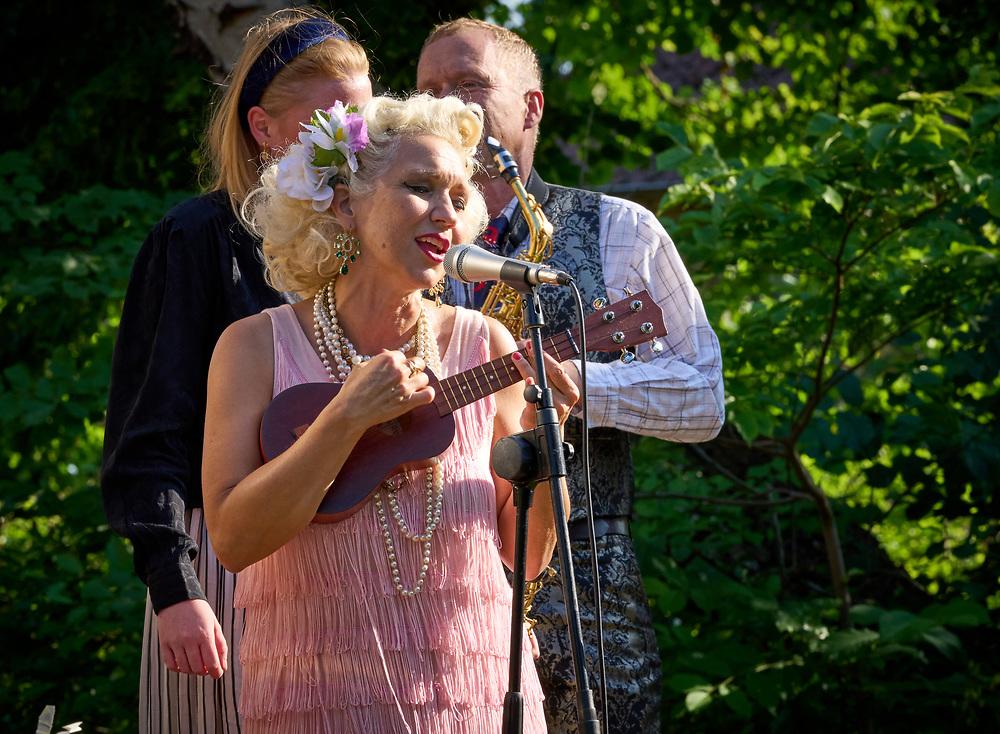 2021-06-30 INGELSTRÄDE<br /> Tid: 18:18<br /> Gunhild Carling fortsatte sin europaturné med en spelning på Cirkusmuseet i Ingelsträde.<br /> <br /> <br /> <br />  ***betalbild***<br /> <br /> Foto: Peo Möller<br /> <br /> Båstad, Gunhild Carling, Carling Family, konsert, musiker, artist, scen, utomhus, sommarkonsert, europaturné, Gunhild Carling